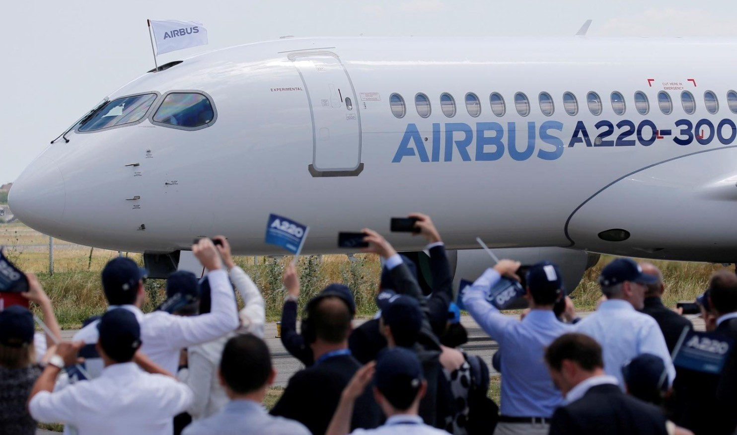 Airbus members celebrate the landing of an Airbus A220-300 aircraft during its presentation in Colomiers near Toulouse, France, July 10, 2018. (Reuters Photo)