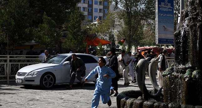 Afghan residents run after a secondary explosion near the site of suicide attack that targeted a Shiite mosque in Kabul on August 25, 2017. (AFP Photo)