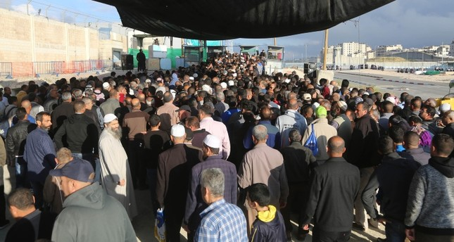 آلاف الفلسطينيين يتوافدون على القدس لصلاة أول جمعة من رمضان بالمسجد الأقصى