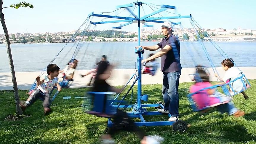 Atuu011f has been providing mobile swinging entertainment to children in the streets of Istanbul for years, and his Ramadan shift continues to bring joy to many.