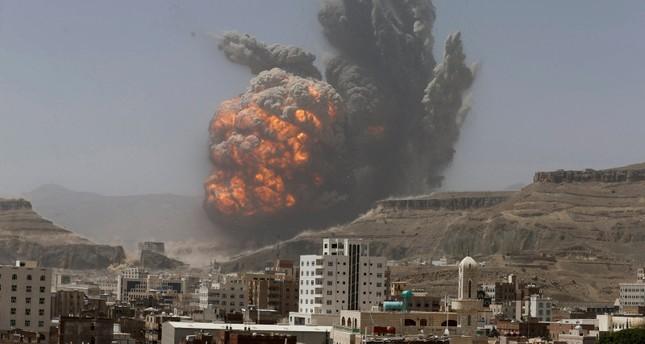 تصاعد أعمدة اللهب عقب غارة جوية للتحالف العربي بقيادة السعودية على أهداف للحوثيين في صنعاء  (رويترز)