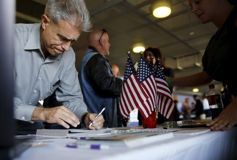 A job seeker fills out papers at a military job fair in San Francisco, California, August 25, 2015. (REUTERS Photo)