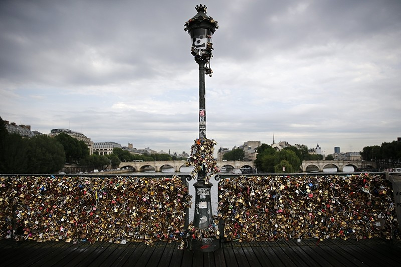Thousands of Love padlocks are locked to the railings on the Pont des Arts in Paris, France, 10 June 2014 (EPA Photo)