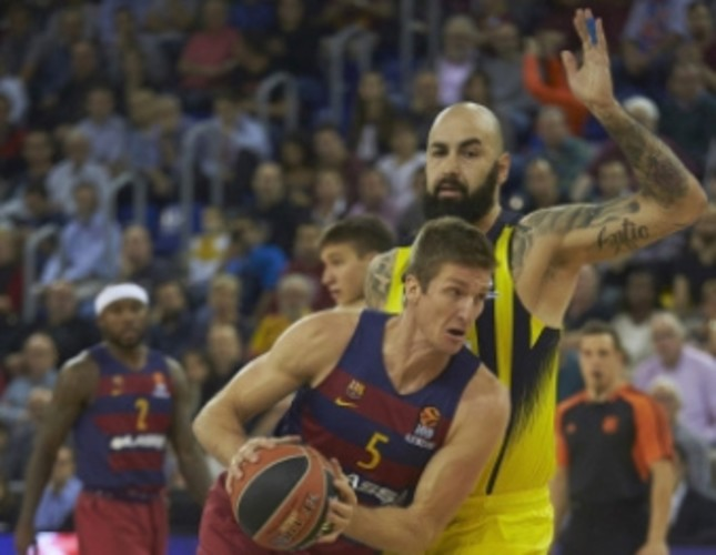 Barcelona Lassa Justin Doellman (L) fights for the ball with Pero Antic (R) of Fenerbahçe during the Euroleague basketball game at Palau Blaugrana stadium in Barcelona, last year.