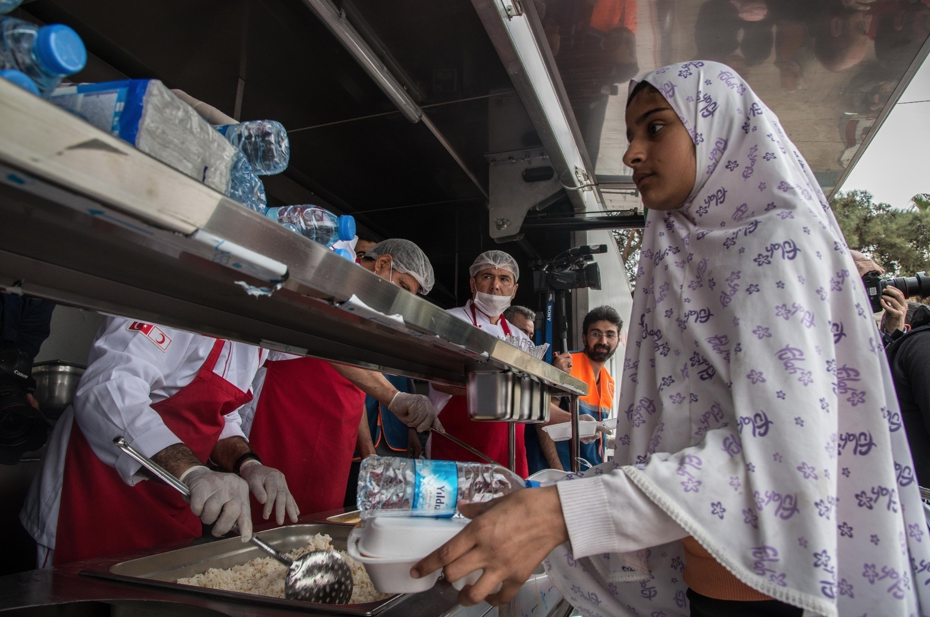 Turkish Red Crescent President Kerem Ku0131nu0131k said that his organization put a mobile kitchen and a mobile bakery into action which distribute food to 5,000 people on a daily basis.