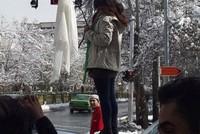 أقدمت 4 سيدات إيرانيات، اليوم الثلاثاء، على خلع حجابهن وسط العاصمة طهران، احتجاجاً على قانون فرض ارتدائه في البلاد.  وأفادت تقارير إعلامية أن السيدات الأربع أقدمن على ذلك تضامنا مع فتاة شارع...