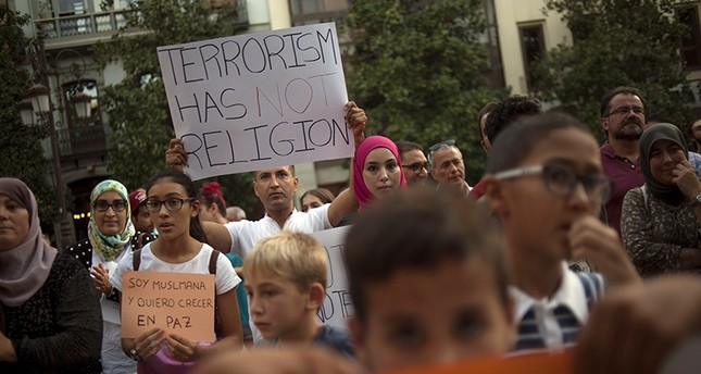 Muslims attend a demonstration in Granada on August 23, 2017 in protest against a surge in anti-Islamic hate crimes following last week's deadly attacks in Barcelona and Cambrils (AFP Photo)