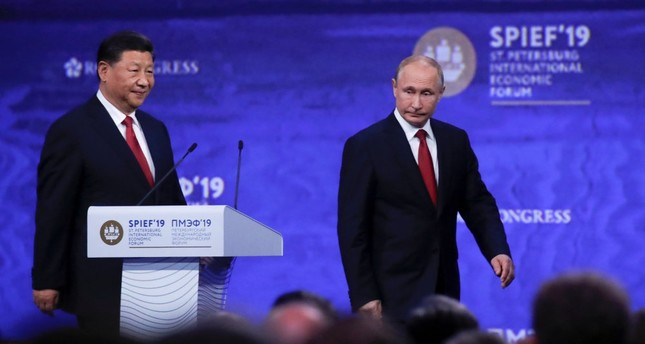 Russian President Vladimir Putin (R) and Chinese President Xi Jinping attend a session of the St. Petersburg International Economic Forum (SPIEF), Russia, June 7, 2019.