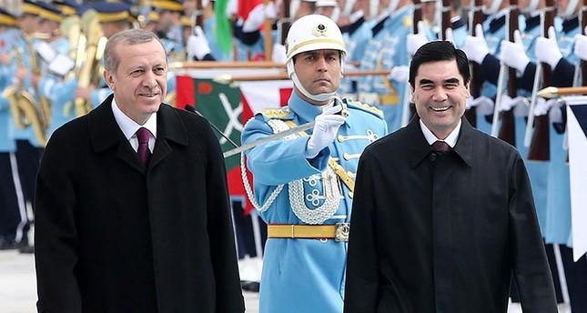 رئيس تركمنستان قربانكولي بردي محمدوف - يمين (أرشيفية)
