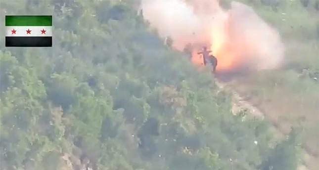 لقطة من فيديو استهداف الصاروخ للمجموعة العسكرية التابعة لقوات الأسد