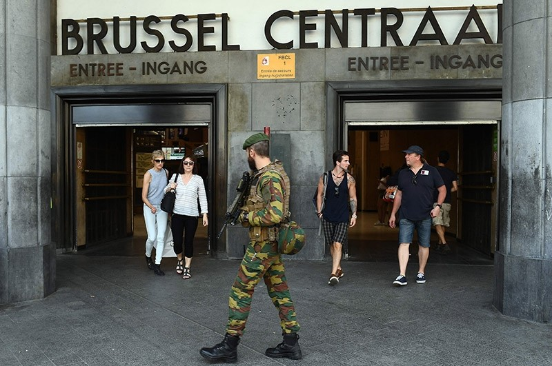 A Belgian army soldier patrols around the Central train station in Brussels on June 21, 2017 (AFP Photo)