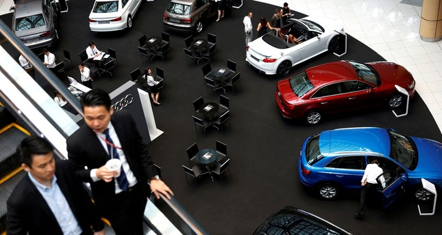 People look at cars on display at a mall in Singapore April 28, 2016. (REUTERS Photo)
