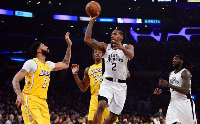 Kawhi Leonard moves to the ball against Lakers forward Anthony Davis during the first half, Dec. 25, 2019. Reuters Photo
