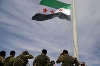 عناصر من الجيش الوطني السوري يرفعون علم الثورة السورية في تل أبيض بعد تحريرها من إرهابيي ي ب ك  (الأناضول)