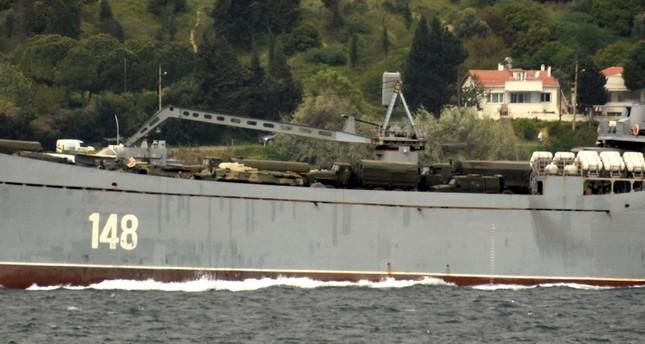 سفينة حربية روسية تحمل عربات عسكرية تعبر الدردنيل نحو المتوسط