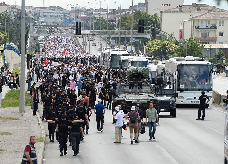 Police teams accompanying CHP's march on its 21st day in Kocaeli province (DHA Photo)