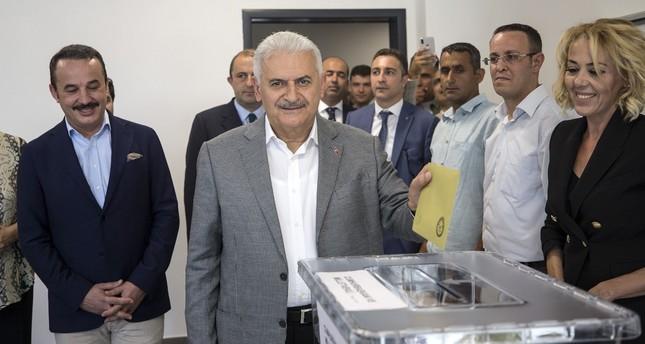 زعماء سياسيون أتراك يدلون بأصواتهم في الانتخابات البرلمانية والرئاسية