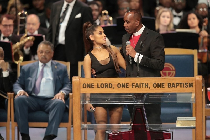 Singer Ariana Grande speaks with Bishop Charles Ellis III after performing at the funeral for Aretha Franklin at the Greater Grace Temple on August 31, 2018 in Detroit, Michigan. (AFP Photo)