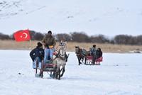 بحيرة تشيلدر بتركيا.. متعة التزلج على المياه المتجمدة