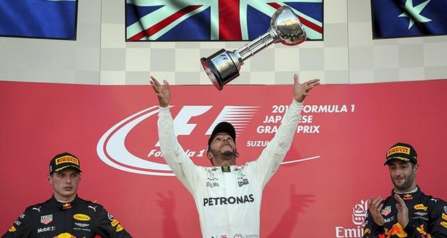 British driver Lewis Hamilton (C) of Mercedes AMG GP celebrates after winning the Japanese Grand Prix next to 2nd Dutch Max Verstappen (L) and 3rd Australian Daniel Ricciardo of Red Bull Racing at the Suzuka Circuit, Japan, Oct. 8, 2017. (EPA Photo)