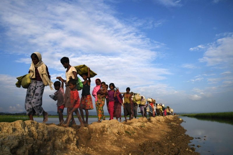 Rohingya Muslim refugees who were stranded after leaving Myanmar walk towards the Balukhali refugee camp after crossing the border in Bangladesh's Ukhia district. (AFP Photo)