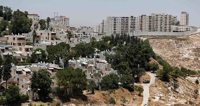 A picture taken on July 14, 2016 shows the Palestinian Shuafat refugee camp (R) behind the controversial Israeli separation wall in east Jerusalem (AFP Photo)