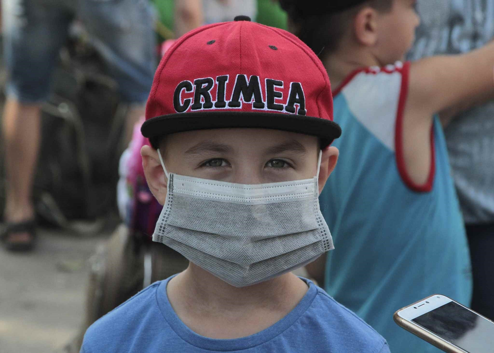 A boy wears a protective mask during an evacuation of school-aged children due to concerns over air pollution buildup in Russian-controlled Armyansk, Ukraine, Sept. 4, 2018. (Reuters Photo)