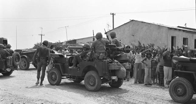 أهالي قرية حميد كوي بقبرص أثناء استقبالهم الجنود الأتراك لدى وصولهم الجزيرة لتنفيذ عملية السلام  (من أرشيف القوات المسلحة التركية)