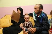 الطفل المريض مع والديه في كلس (الأناضول)