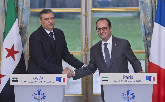 Chief Negotiator for the Syrian Opposition Riyad Hijab, left, and French President Francois Hollande shake hands during a joint media conference at the Elysée Palace in Paris on Dec. 12, 2016. (AP Photo)