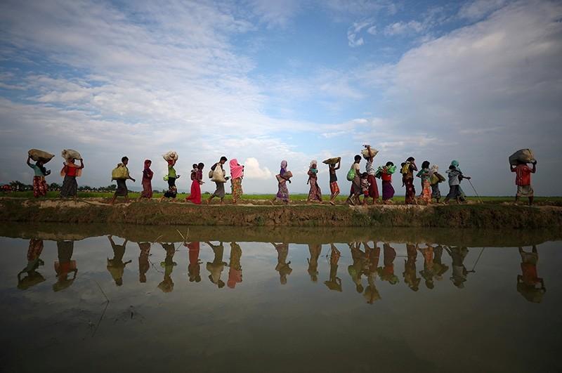 Rohingya refugees continue to make their way after crossing from Myanmar into Palang Khali, near Cox's Bazar, Bangladesh, Nov. 2, 2017. (Reuters Photo)