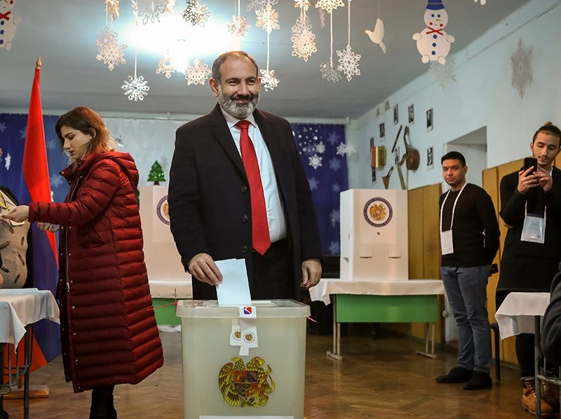 Armenian acting prime minister Nikol Pashinyan casts his ballot during an early parliamentary election in Yerevan, Armenia Dec. 9, 2018. (Reuters Photo)