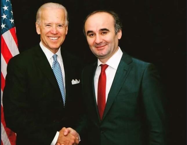 Kemal Öksüz poses for a photo with then U.S. Vice President Joe Biden.