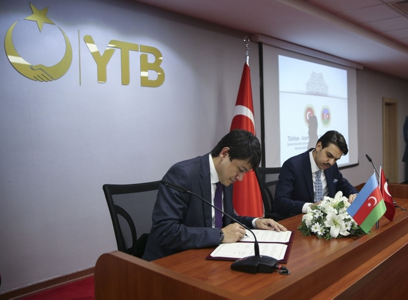 Chairman of the State Committee on Work with Azerbaijani Diaspora (L) with Turkey's Presidency for Turks Abroad and Related Communities President Abdullah Eren (R), Ankara, 8 Nov. 2018. (AA Photo)