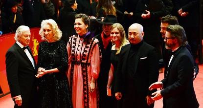 pZur Eröffnung der 67. Berliner Filmfestspiele hat sich am Donnerstagabend die Filmprominenz im Berlinale-Palast am Potsdamer Platz getroffen. Auf dem roten Teppich wurde es richtig eng./p  pDer...