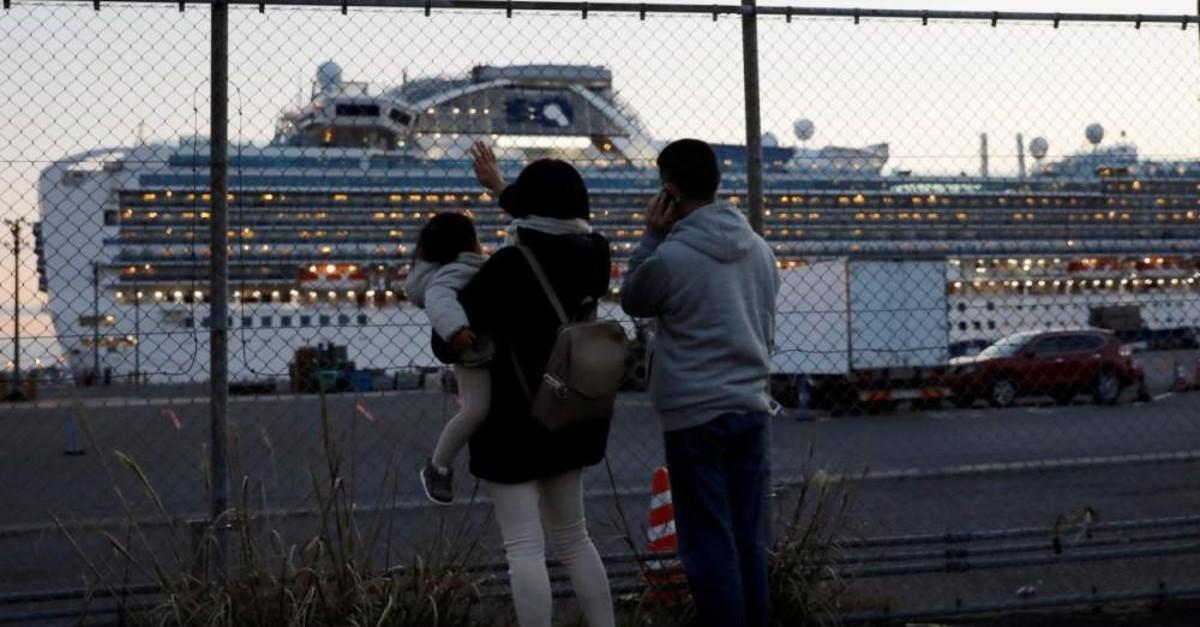 Family members of passengers aboard the cruise ship Diamond Princess wave and talk to them on the phone at Daikoku Pier Cruise Terminal, Yokohama, Feb. 11, 2020. (REUTERS Photo)