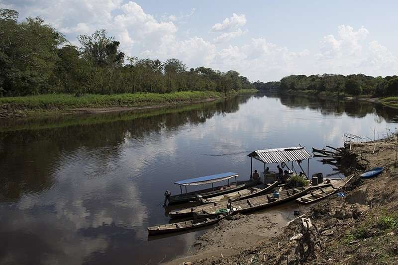 Residents are seen on the banks of the Parana do Amana river at Vila Nova do Amana community in the Sustainable Development Reserve, in Amazonas state, Brazil, September 22, 2015. (Reuters Photo)