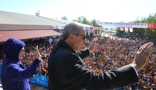 Erdoğan visits Syrian refugees, calls for ground operation against ISIS
