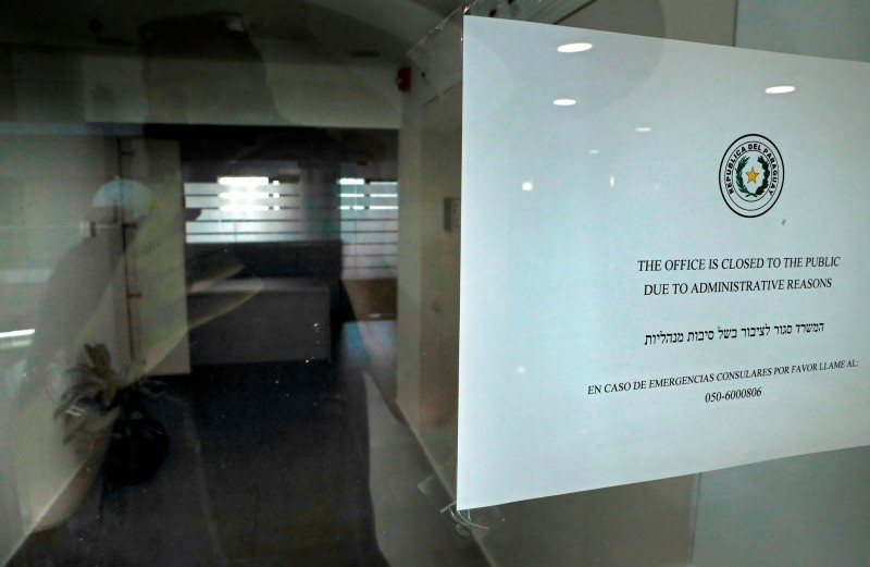 A picture shows the empty entrance and a sign on the door of Paraguay's closed embassy in Jerusalem on September 6, 2018. (AFP Photo)