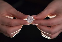 A diamond ring bought for next to nothing in a London junk sale is expected to fetch up to £350,000 ($455,000, 405,000 euros), Sotheby's auction house said Monday.