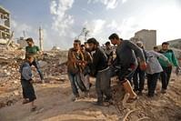 إسعاف ضحايا القصف على ريف إدلب الجمعة الماضية (الفرنسية)