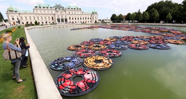 Ai Weiwei-Kunstwerk aus Rettungswesten in Wien