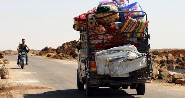 مدنيون ينزحون هرباً من قصف النظام في محافظة درعا (رويترز)
