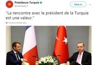 أثارت صورة اللقاء الذي جمع الرئيس التركي رجب طيب أردوغان مع نظيره الفرنسي إيمانويل ماكرون ضجة على مواقع التواصل الاجتماعي.  ويظهر في الصورة أردوغان يجلس بأريحية وثقة قال المغردون إنها تعبر عن مدى...