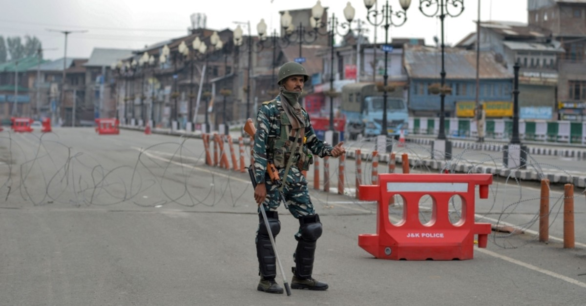 A security personnel stands guard along a street during a lockdown in Srinagar on August 15, 2019, as India celebrates its 73rd Independence Day, which marks the end of British colonial rule. (AFP Photo)