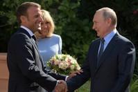 ماكرون مستقبلا بوتين في المقر الرئاسي الصيفي (الفرنسية)