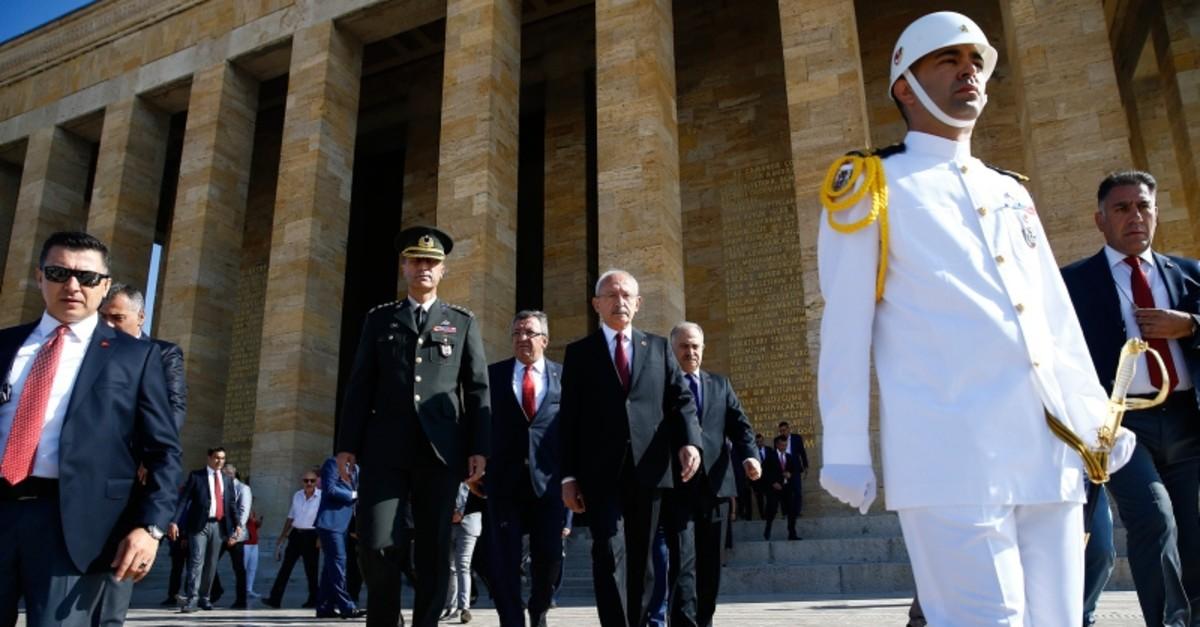 CHP Chairman Kemal Ku0131lu0131u00e7darou011flu (CR) leaves the mausoleum of the Republic's founding leader Mustafa Kemal Atatu00fcrk located at the Anu0131tkabir in Ankara following a ceremony to mark the party's 96th anniversary, in Ankara, September 9, 2019. (AA Photo)