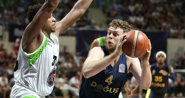 Fenerbahçe Doğuş's Nicolo Melli (R) and TOFAŞ's Sammy Mejia vies for ball during the finals match at TOFAŞ Sports Hall in Bursa, Saturday.