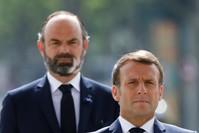 الرئيس الفرنسي ومن ورائه رئيس وزرائه المستقيل إدوارد فيليب AP