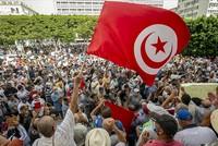 تونس.. المئات يطالبون بإنهاء تدابير الرئيس الاستثنائية